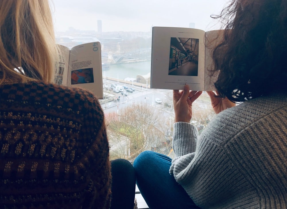 Two girls reading the RATP blooks