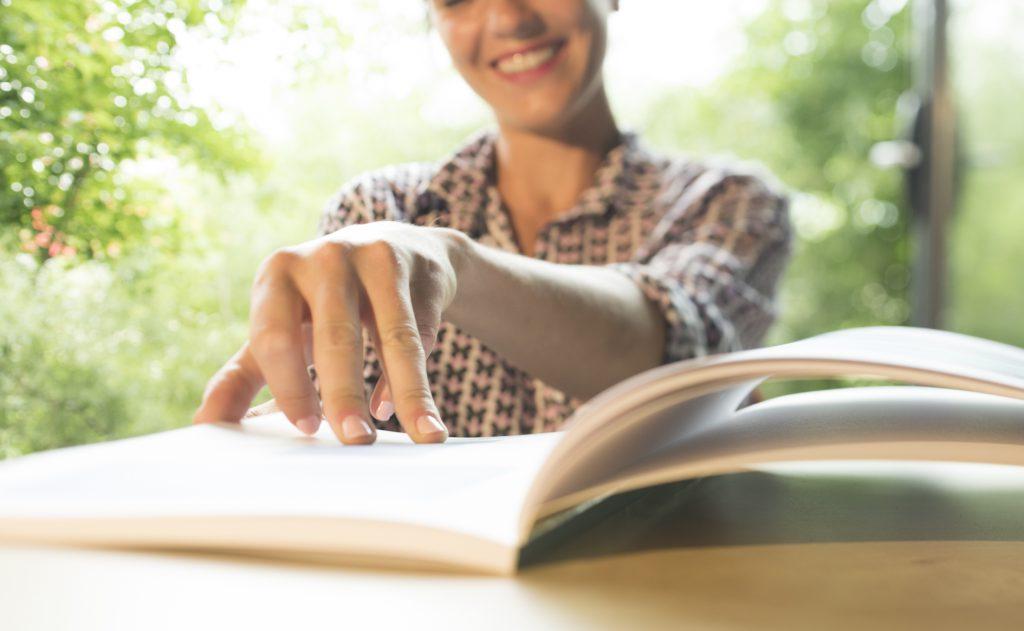 Une femme feuillerant un livre