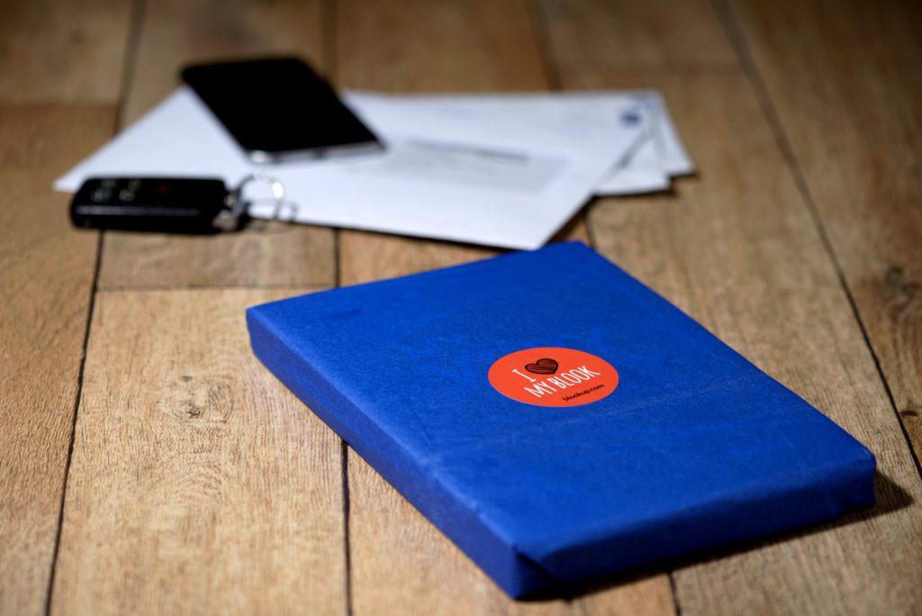 un colis bleu avec le livre de votre blog