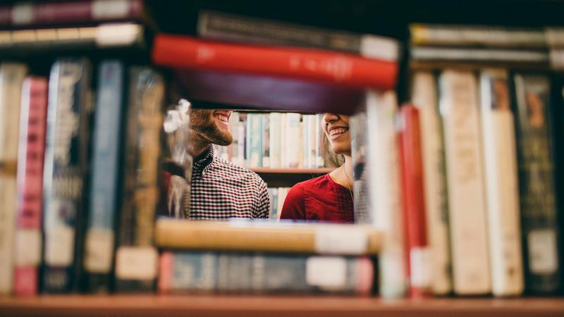 Français et Lecture deux personnes dans une bibliothèque
