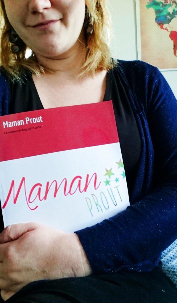 maman prout tenant le livre du blog de maman prout