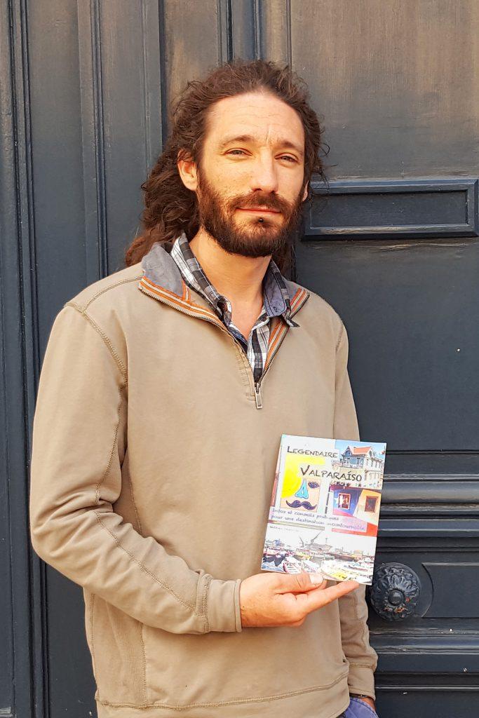 Mathieu tenant son livre de Blog du chili