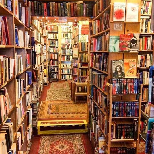 culturetripbooks-bibliotheque en utilisant le hashtag shelfie