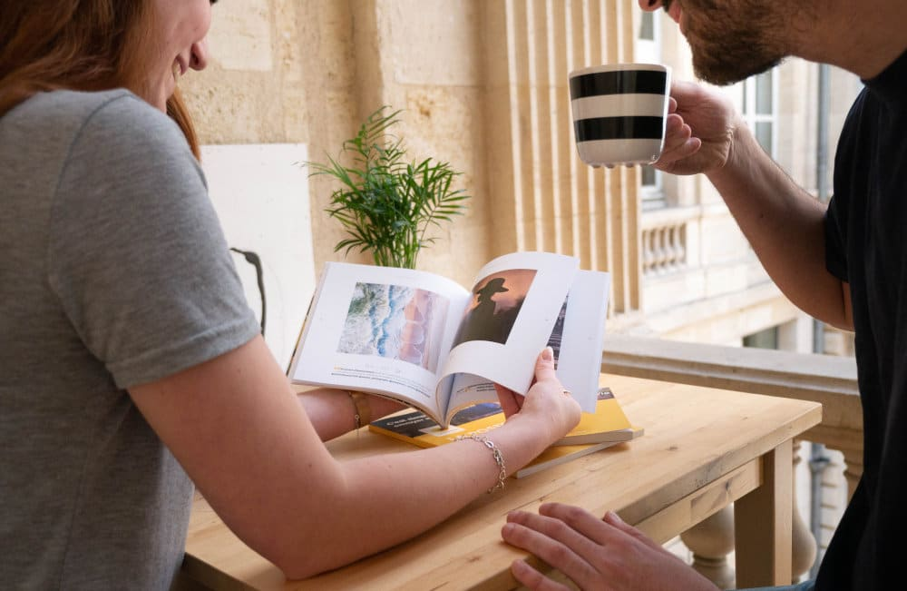 Deux collègues lisant un blook