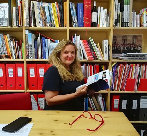 L'écrivaine Marie-Laure Hubert Nasser un livre social à la main