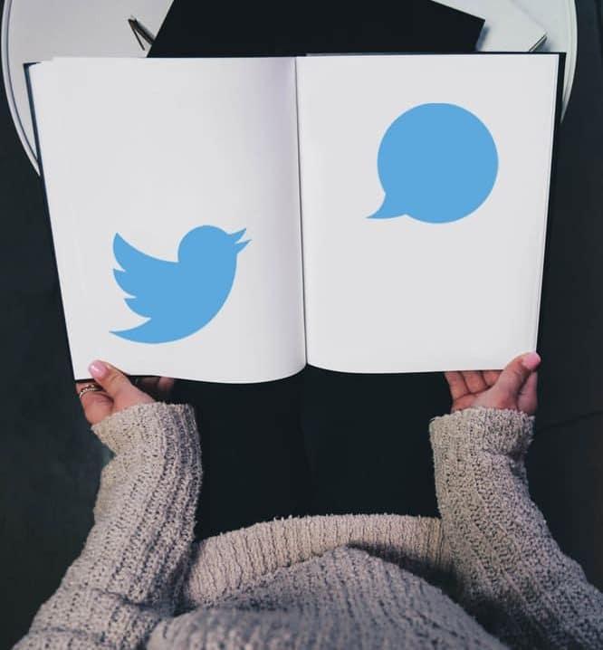 Une dame tient dans ses mains un livre Twitter